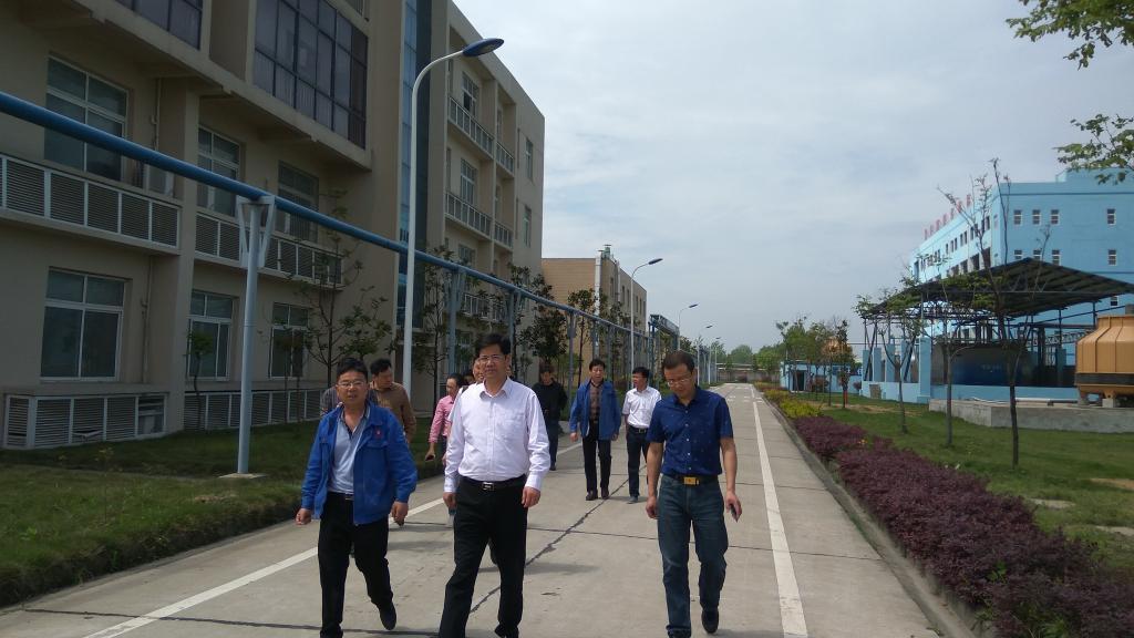 潜江中学校长邓绍汉和潜江市园林高级中学校长林涛分别介绍了各自